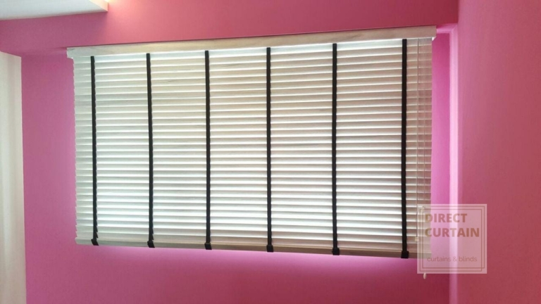 White venetian blinds in pink room