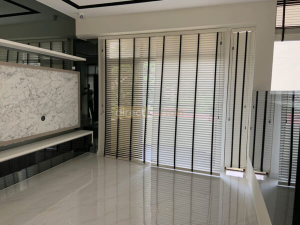 bright white venetian widow blinds in living room